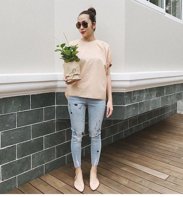Thêm một đôi giày bệt màu nude mà Tăng Thanh Hà sở hữu, có cùng kiểu dáng nhưng được trang trí thêm chút phụ kiện ở mũi giày.