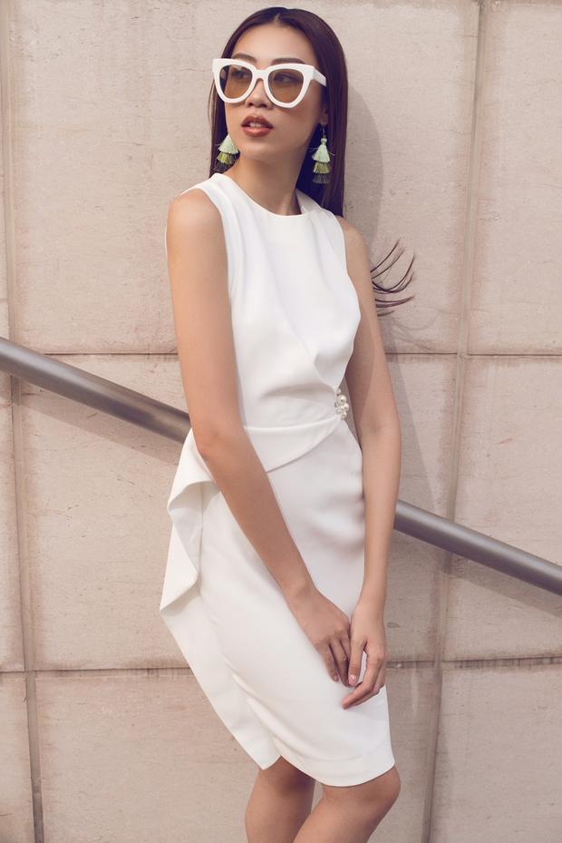 Chiếc đầm trắng với chi tiết bèo 3D là sự lựa chọn của Kikki Lê khi xuống phố cùng hai người em, cũng là hai người bạn thân thiết của mình.
