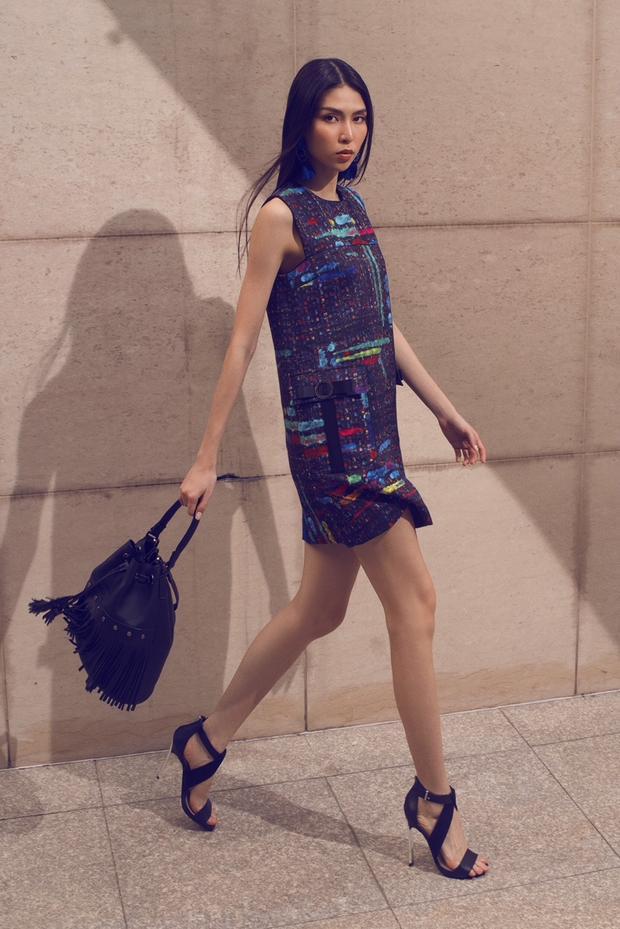 """Hay với chiếc váy đen này, cô nàng cũng có cách phối thật """"ngọt"""" khi lựa chọn túi xách tua rua đen và giày gót nhọn."""