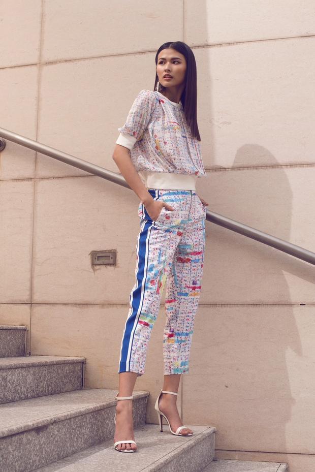 Thiên Trang chẳng hề kém cạnh khi chưng diện cả cây áo và quần thể thao đồng tông, mang hơi hướng phong cách sporty chic.
