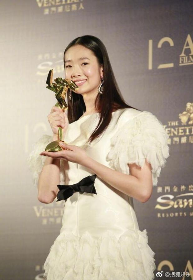 """Chutimon Chuengcharoensukying vượt qua nhiều đối thủ nặng ký, xuất sắc với giải thưởng """"""""Nữ diễn viên mới xuất sắc nhất""""."""