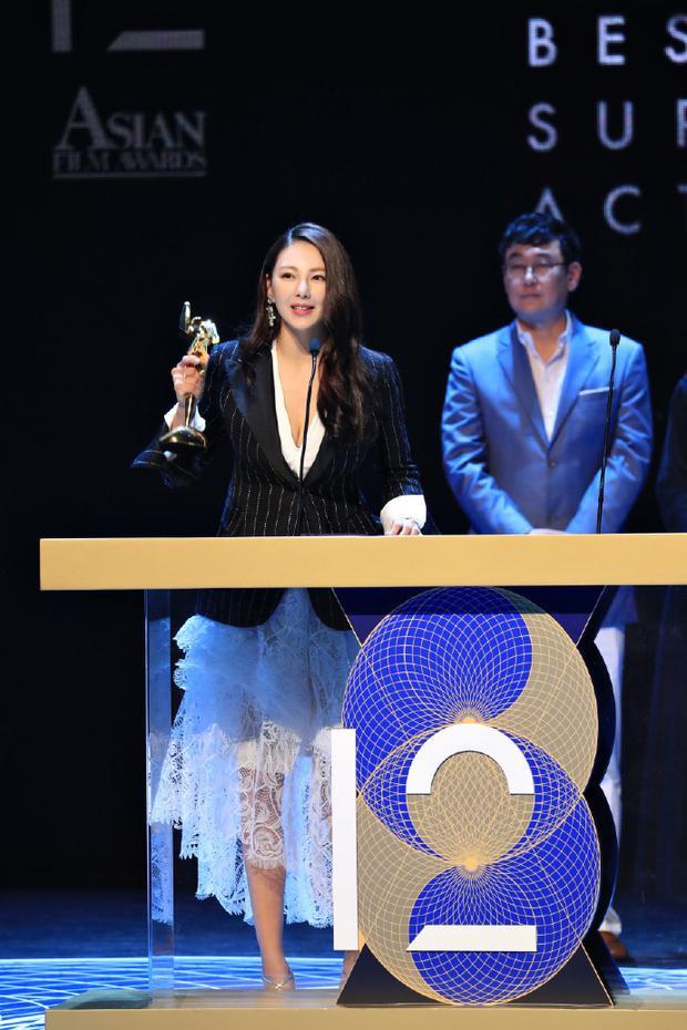 """Ngôi sao """"Yêu Miêu Truyện"""" Trương Vũ Kỳ đoạt giải """"Nữ diễn viên phụ xuất sắc nhất"""""""