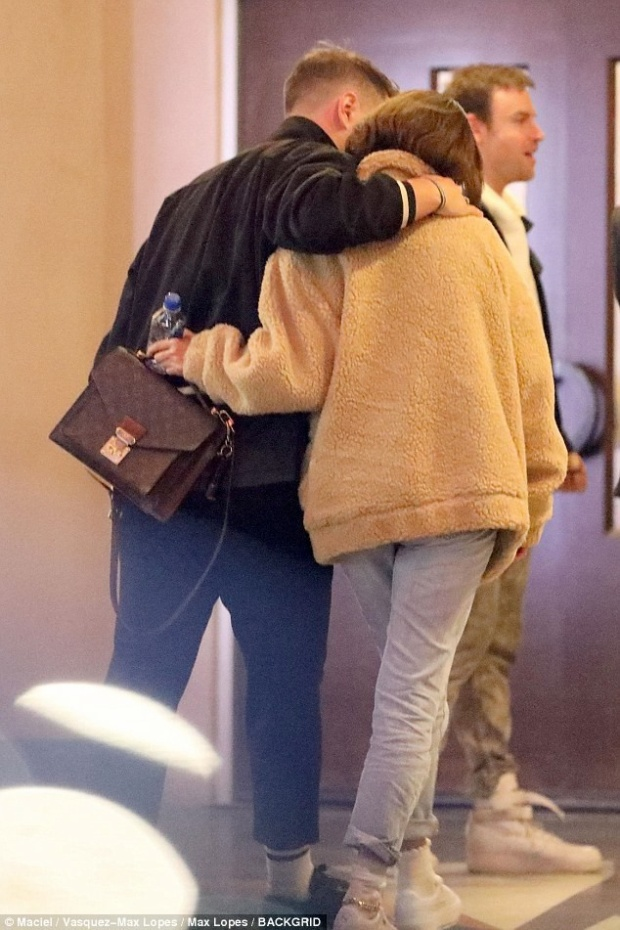 Vào ngày 16/3 vừa qua, fan lại bắt gặp cả hai đều đi nhà thờ tại Los Angeles, nhưng cả hai không đi cùng nhau. Trong khi Selena đi với trai lạ và có hành động ôm ấp.