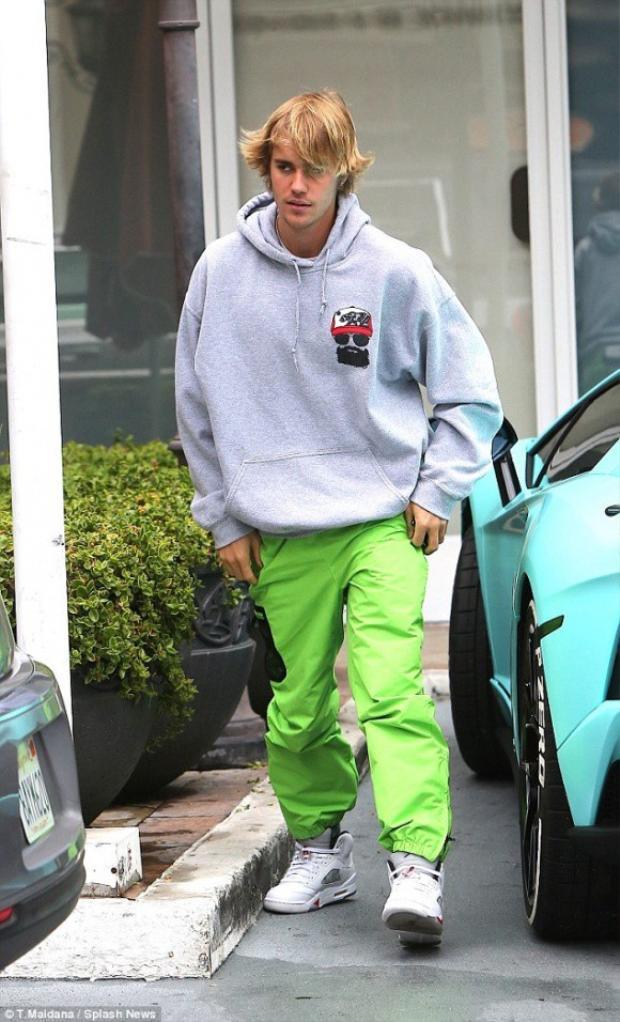 Sau khi chia tay, Justin được bắt gặp trong bộ dạng xuề xòa, quần thụng đem lại tên tuổi cho Justin ngày nào cũng không được chăm chút. Râu mép mọc lổm nhổm, da mặt xanh xao. Đặc biệt, mái tóc 'ngàn năm chưa cắt' của Justin làm anh chàng trông như 'bụi đời'.