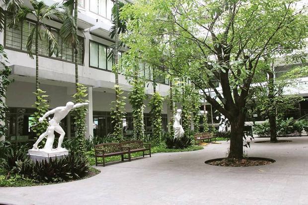 Sân trường với những mảng cây đặt để có tính toán cùng những bức tượng Hy Lạp tạo ra cảm giác như đang lạc bước trong một khu vườn hoàng gia.