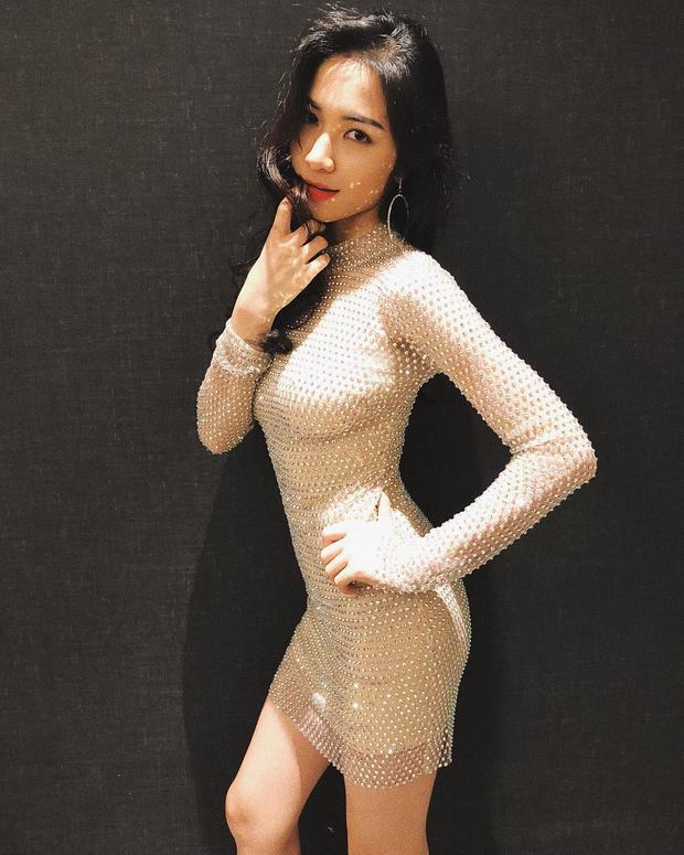 Phối cùng hoa tai dáng tròn và để kiểu tóc xoăn sóng, Hòa Minzy vô cùng xinh đẹp khiến người đối diện chẳng thể rời mắt.