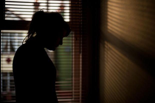 Một trong số 12 nạn nhân đứng lên tố cáo các tội ác của những băng đảng du côn địa phương cho hay mình đã mang thai ở tuổi 13 sau khi bị cưỡng hiếp nhiều lần bởi 20 người đàn ông khác nhau.