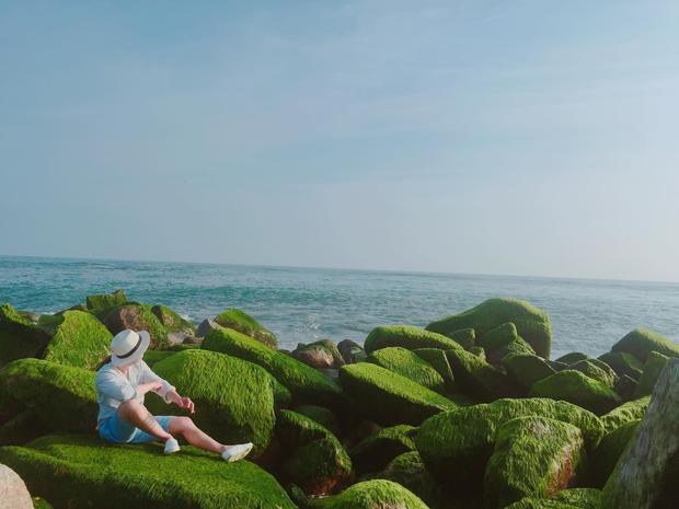 """Bờ kè này nổi tiếng với những bức ảnh """"sống ảo"""" với màu xanh dương của vùng trời, nước biển và màu xanh tươi mát của rong rêu. Theo Linh Đan, bạn nên chọn đến bờ kè vào thời điểm bình minh và hoàng hôn để bắt được ánh sáng đẹp nhất chiếu xuống mặt nước và lớp rong rêu."""
