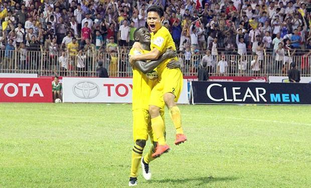 Đình Tùng ăn mừng bàn thắng duy nhất giúp FLC Thanh Hóa thắng TP.HCM 1-0. Ảnh: Bóng Đá