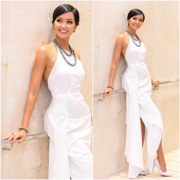 Vẫn trong trang phục sắc trắng tôn làn da bánh mật quyến rũ, nhìn từ xa H'Hen Niê vẫn xinh đẹp thần thái ngời ngời như ngày nào.