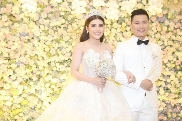 Cô dâu Tố Ny rạng rỡ bên chồng, trước đó cả hai đã tổ chức lễ đính hôn tại Đà Nẵng vào ngày 11/3.