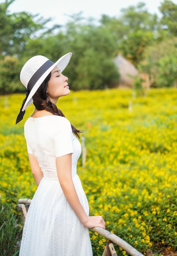 Nữ diễn viên 27 tuổi tự tin khoe nhan sắc trẻ trung trong một không gian thơ mộng, yên bình.