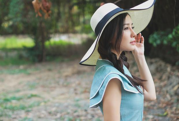 Ngoài ra trong gia đình, Khánh Hiền tự nhận là người kỹ tính trong việc nuôi dạy con. Nên trong thời gian qua cô tạm gác lại công việc để chu toàn việc con cái. Nữ diễn viên được chồng ủng hộ trong mọi quyết định.