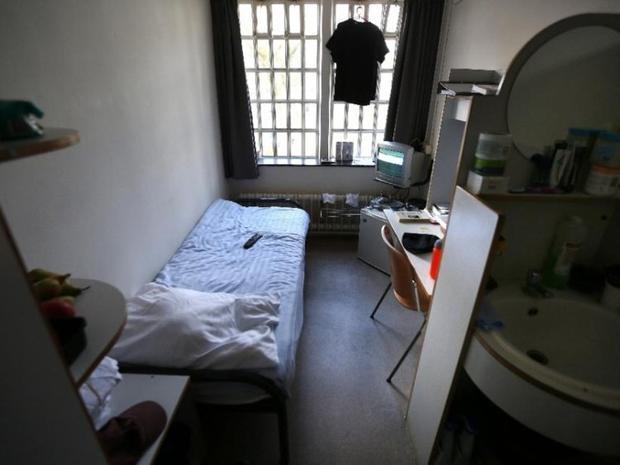 Phòng giam trong nhà tù Norgerhaven ở Veenhuizen, Hà Lan, có giường, đồ đạc, tủ lạnh, TV và phòng tắm riêng cho tù nhân. Tù nhân cũng có thể nhìn ra ngoài qua cửa sổ. Ảnh: AFP