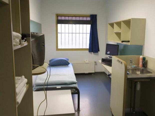 Đơn vị giam giữ Liên Hiệp Quốc bên ngoài The Hague, Hà Lan, là nơi chỉ có hơn 100 tên tội phạm chiến tranh. Mỗi phòng giam đều đươc trang bị một TV nhưng các tù nhân không thể truy cập Internet. Ảnh: EPA