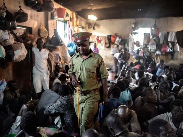 Nhà tù Maula ở Lilongwe, Malawi luôn trong tình trạng quá tải. Năm 2015, gần 200 tù nhân chen chúc trong phòng giam vốn chỉ đủ chỗ cho 60 người ở nhà tù này. Nhiều tù nhân là người di cư từ Ethiopia, họ dùng chung một nhà vệ sinh với 120 người và một vòi nước với 900 người. Ảnh: Luca Sola