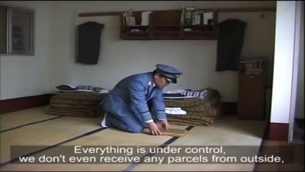 Nhà tù Abashiri ở Nhật Bản luôn có nhân viên an ninh kiểm tra phòng giam mỗi ngày. Đây là nơi giam giữ các tù nhân lĩnh án không quá 8 năm tù. Ảnh: YouTube/Documentary Prison & Gangs