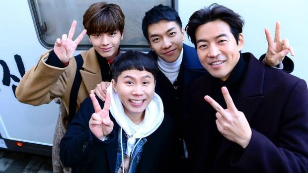 Nam diễn viên hiện tham gia chương trình thực tế All The Butlers cùng Lee Seung Gi,Yang Se Hyung và Yook Sung Jae.