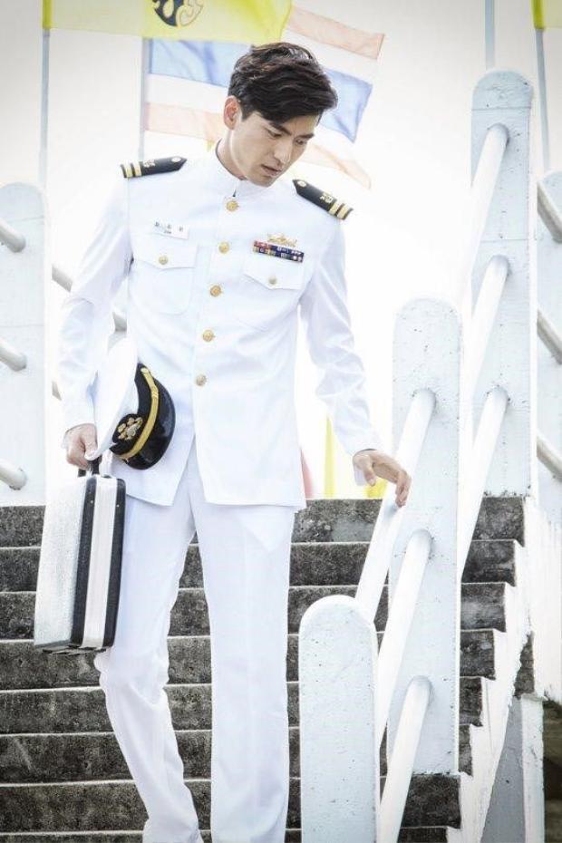 """Tạo hình trong quân phục cực ngầu của Lee Jin Wook trong """"Goodbye Mr. Black"""""""
