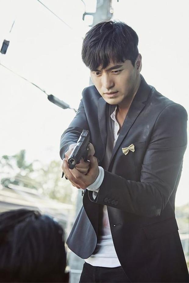 """Nhân vật Cha Ji Won/ Black của Lee Jin Wook trong """"Goodbye Mr. Black"""" không chỉ phải đánh đấm, bắn súng mà còn có rất nhiều phân cảnh đòi hỏi khả năng diễn nội tâm sâu sắc"""