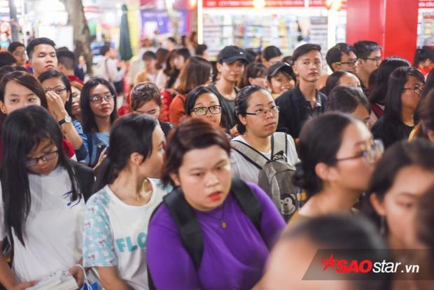 Rất đông bạn trẻ đến tham dự buổi ra mắt sách mới của bộ đôi nhà văn nổi tiếng.