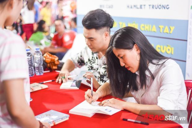 Iris Cao và Hamlet Trương ký tặng sách cho độc giả.