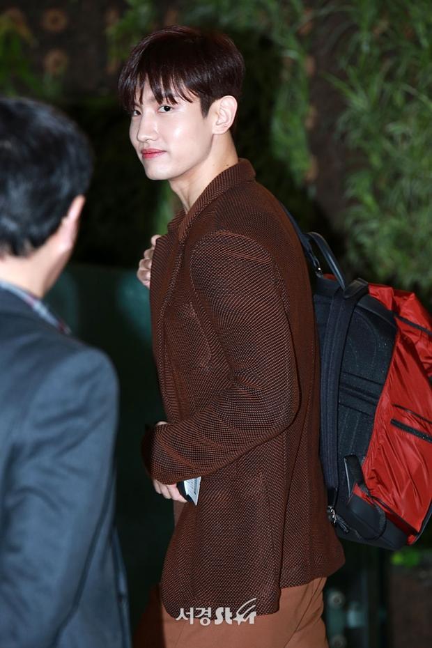 Trước khi vào khu vực check in,Chang Min không quên ngoái đầu lại chào fan bằng nụ cười ấm áp.