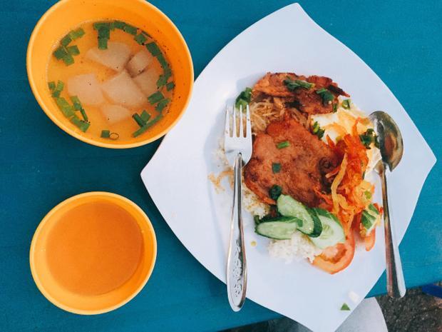Nói về đồ ăn trên đảo, hai chàng trai tỏ ra khá tâm đắc và nhiệt tình giới thiệu 1 số hải sản ngon được bán rất nhiều tại đây như: sò tộ, sò quạt nướng mỡ hành, cháo nhum, nhum nướng, mực nang nướng mọi hoặc nướng sa tế, lẩu mắm hải sản, lẩu cá xương xanh…
