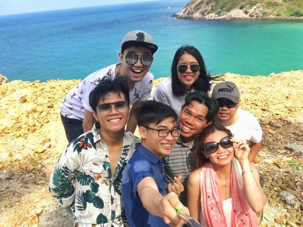 Đồng hành cùng Minh Huy là 1 cậu bạn thân có tên Nguyễn Trọng Thành. Cả hai hào hứng chia sẻ, họ không những có được những trải nghiệm thú vị ở hành trình này bằng việc ngắm cảnh đẹp, ăn đồ ăn ngon mà còn có cơ hội gần gũi người dân địa phương và quen thêm những người bạn mới.