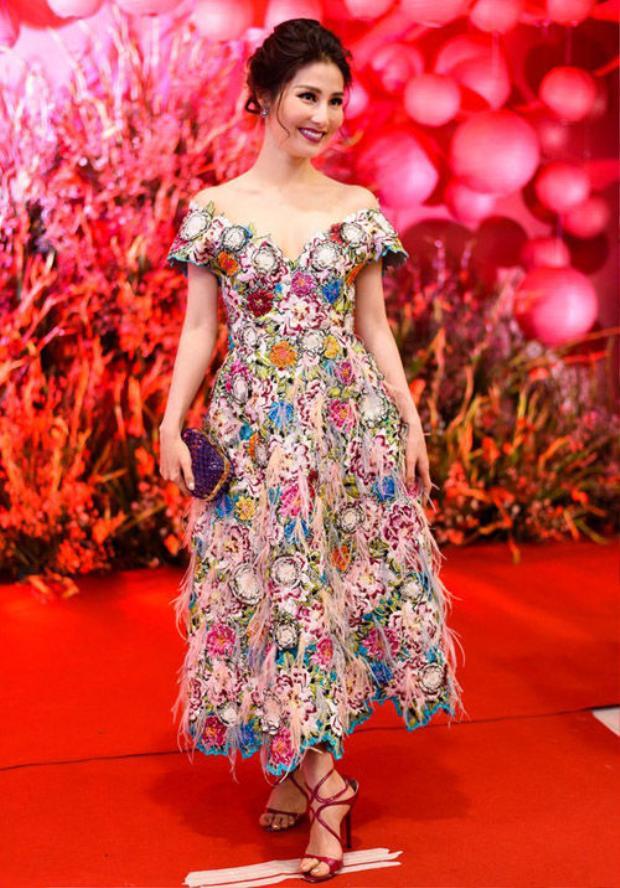 """Tổng thể chiếc váy cũng như thần thái, cách trang điểm của Diễm My khá ấn tượng, thế nhưng khi nhìn xuống đôi cao gót """"rộng ngoác"""" thì khán giả chỉ biết lắc đầu."""