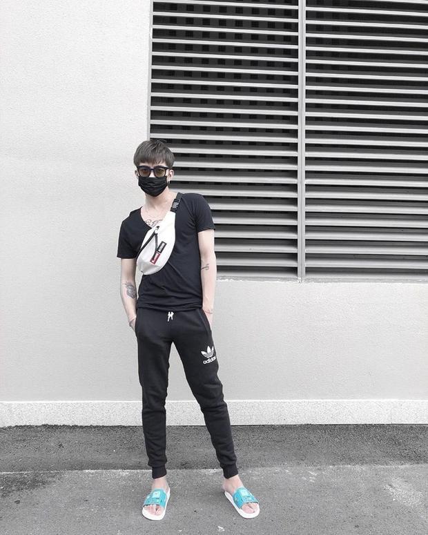 Diện cả cây đen chất ngầu cùng túi fanny pack cực kì xu hướng, thế nhưng điểm khiến mọi người phải chú ý lại nằm ở… đôi dép lê với outfit họa tiết hoạt hình chẳng hề liên quan một chút nào.