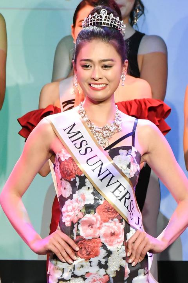 Được biết, tân hoa hậu có khoảng thời gian sống ở đất nước Malaysia từ năm 5 tuổi đến 15 tuổi. Người đẹp hiện đang làm việc tại cả Nhật Bản và Malaysia.