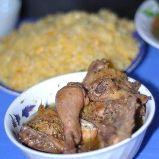 1 phần món gà rang gồm đùi, cánh…