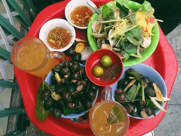Cứ hễ lên cơn thèm ốc, người ta lại nhớ đến cái quán bé xíu nằm trên phố Đinh Liệt.