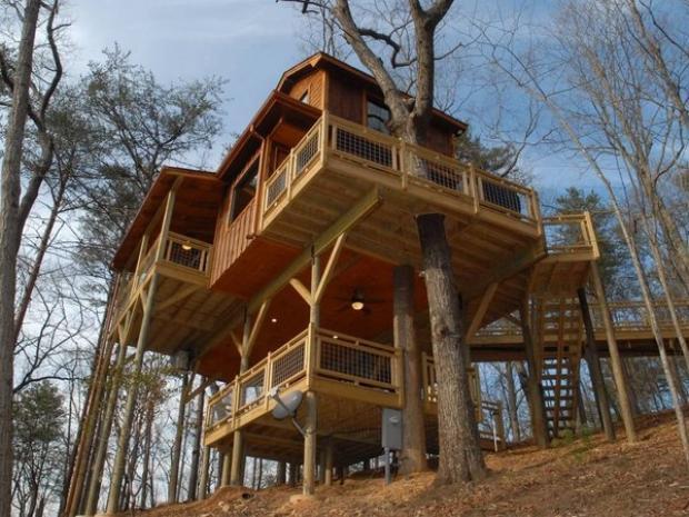 Secluded Georgia Treehouse (từ 120 USD/đêm): Căn nhà trên cây cao cấp này bao gồm một lò sưởi, bồn tắm nước nóng thậm chí có một chiếc giường treo khiến cho du khách cảm giác đây chắc chắn là một nơi nghỉ ngơi thực sự. Tọa lạc tại một con đường mòn đi bộ trong rừng, ngôi nhà này là một trong những nơi dừng chân lý tưởng dành cho các nhà thám hiểm.