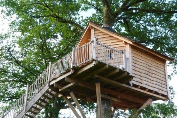 Romantic French Retreat (từ 136 USD/đêm): Ngôi nhà nằm trên ngọn cây này có một tầm nhìn toàn cảnh vô cùng tuyệt với phong cảnh vùng Corrèze. Tại đây, ngôi nhà tạo cho người sử dụng một không gian yên tĩnh với cuộc sống mang phong cách Pháp.
