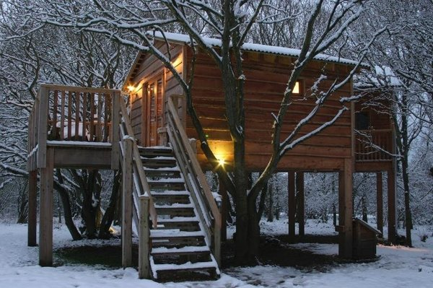 Into The Woods English Treehouse (từ 208 USD/đêm): Ngôi nhà trên cây này nằm ở Whippingham (Anh) là một địa chỉ vô cùng ấm cúng dành cho người dân địa phương cũng như các du khách. Ngôi nhà này còn có hệ thống lò sưởi chạy bằng than và vô cùng ấm cúng cũng như lãng mạn.
