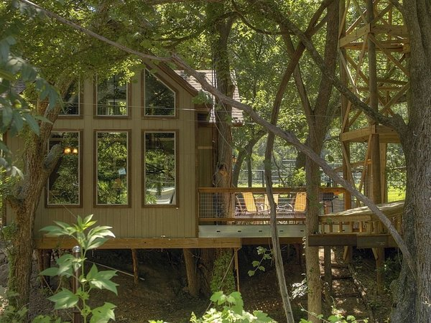 Treey Airy Texas (từ 129 USD/đêm): Ngôi nhà trên cây với nhiều ánh sáng và vui tươi này trông giống như một cabin lớn hơn là một boongalo. Ngôi nhà này chứa đầy đủ tiện ích mà bạn mong muốn, có view nhìn ra vườn quốc gia Texas Hill Quốc gia cũng như thích hợp cho một cuộc chạy trốn đến một nơi hoang dã.
