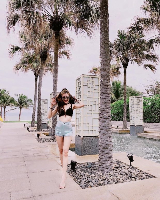 Trang Pháp khoe vóc dáng với set đồ gồm áo bra ren cùng quần short cạp cao tôn lên đôi chân dài miên man. Bộ cánh được đánh giá là phù hợp với không khí mùa hè sắp đến.