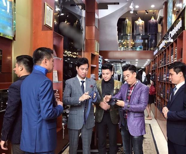 """Đến từng chiếc cà vạt, """"anh Ba"""" cũng cẩn thận lựa chọn màu sắc cho phù hợp. Mỗi thành viên nam sẽ được tặng 1 bộ vest để biểu diễn."""
