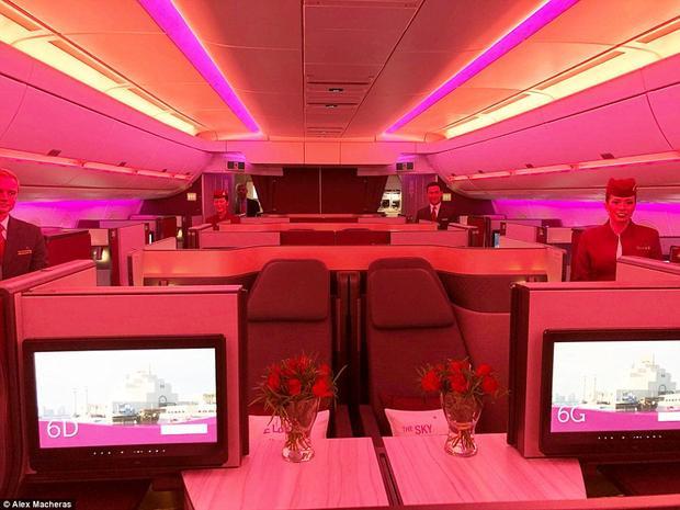 Tất cả ghế ngồi đều được trang bị màn hình giải trí và có vách ngăn để đảm bảo sự riêng tư.
