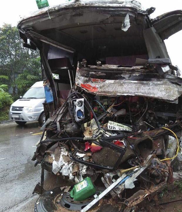Chiếc xe khách nát bươm sau vụ tai nạn. Ảnh: CTV