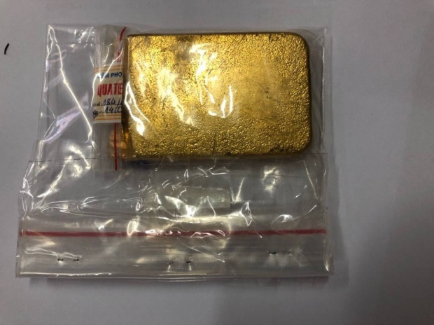 Miếng vàng được người Hàn Quốc cất giấu tinh vi trong hành lý.