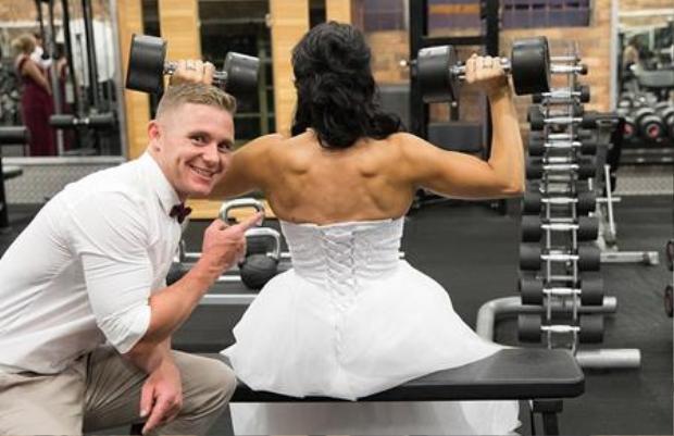 Cả hai đều không thích đám cưới lớn nên quyết định kết hôn bất ngờ để bớt căng thẳng. Họđã mời gia đình, bạn bè đến phòng tập thể hình quen thuộc để dự tiệc đính hôn rồi bất ngờ tổ chức lễ kết hôn và chụp ảnh cưới ngay tại đó. Một cái kết viên mãn cho bộ đôi mê gym này.