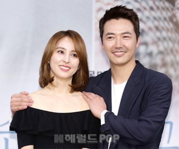 Nữ diễn viên Thuyền thuyết Jumong vui vẻ bên nam chính Yoon Sang Hyun.