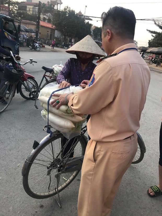 Rất nhiều người dân chung sức giúp người dân xã Tráng Việt.
