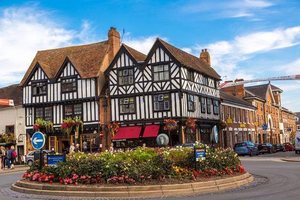 Giá nhà cửa đắt đỏ là một trong những nguyên nhân chủ yếu khiến người dân ở Stratford-upon-Avon muốn ngoại tình. Ảnh: Inditales