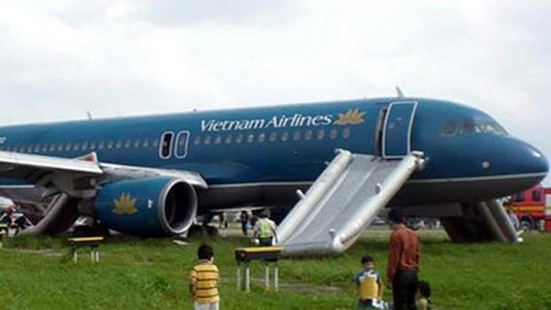 Cửa thoát hiểm máy bay khi nào được tiếp viên hàng không yêu cầu thì khách mới được mở.