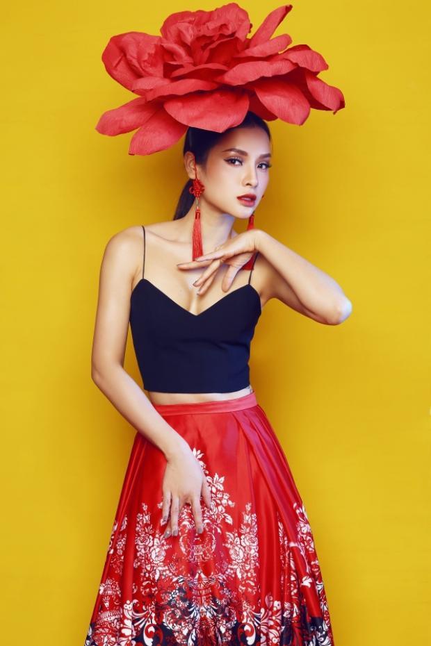 Nếu còn ai chưa nhìn rõ bông hoa trên đầu của Phương Trinh thì cô nàng sẽ dùng hẳn hoa cỡ đại cho dễ nhận biết.