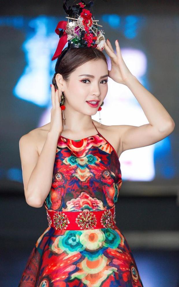 Nhìn hoa cài tóc của Phương Trinh nhiều người nhớ đến chiếc mũ đội đầu nổi tiếng của Hoàn Châu Cách Cách.